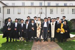 Il direttore e i professori della Scuola, i rettori e i delegati ospiti nel Chiostro di San Francesco