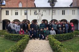 Il gruppo di studenti e il professor Bemporad nel chiostro di San Francesco